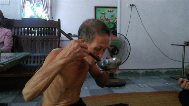 Vì ăn nhiều mà ông dùng bát to, đũa dài hơn. Ảnh: Ngọc Thi