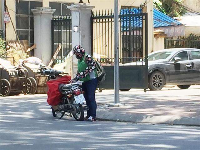 Không chỉ nam giới, người có sức khỏe tham gia vào vận chuyển hàng trên đường ngày nắng nóng, vẫn có những shipper nữ từ các đội xe ôm làm thêm.