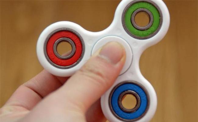 Cảnh giác: Một người mẹ suýt mất con gái 8 tuổi chỉ vì món đồ chơi thời thượng spinner - Ảnh 1.