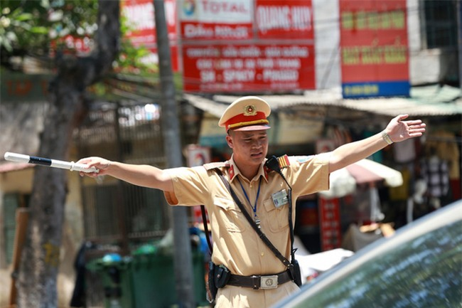 Hành động đẹp giữa trời nắng nóng của người CSGT khiến dân tình xúc động - Ảnh 5.