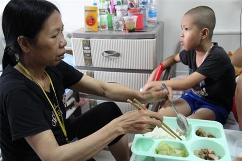 xot thuong canh me don than mac ung thu di can chat vat cham con bi ung thu mau - 1