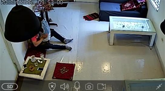 Hình ảnh phản cảm được camera ghi lại trong một quán cafe. Ảnh cắt từ clip