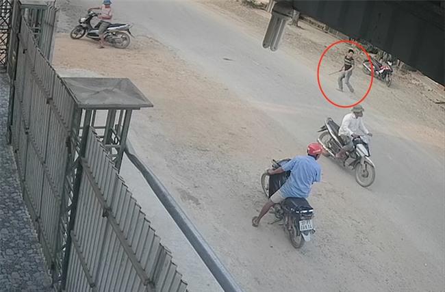 Xông vào nhà đánh chủ xe khách: Côn đồ cầm tuýp sắt đuổi đánh cả công an - Ảnh 2.