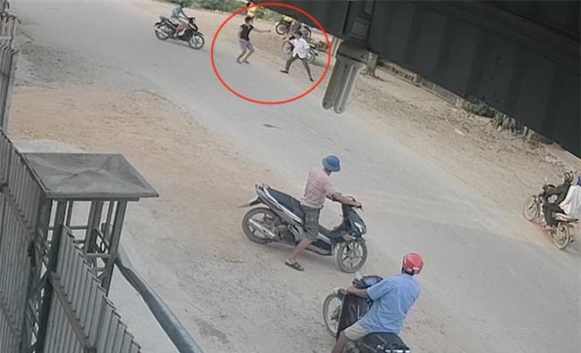 Xông vào nhà đánh chủ xe khách: Côn đồ cầm tuýp sắt đuổi đánh cả công an - Ảnh 3.