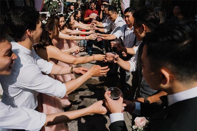 """Một thập kỷ yêu và đám cưới """"bá đạo"""" cô dâu mời nguyên dàn phù rể uống nước tương xá xị - Ảnh 3."""