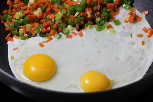Ăn 2 quả trứng gà/ngày sẽ cực tốt cho cơ thể, các bác sĩ, chuyên gia nói gì? - Ảnh 4.