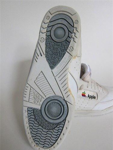 Có lẽ bạn chưa biết Apple từng làm cả giày thể thao và giá trị của nó sẽ khiến bạn bật ngửa - Ảnh 3.