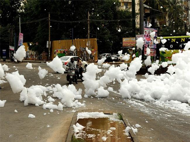 Sau cơn mưa lớn, thành phố bị bao phủ bởi tuyết nhưng ai cũng sốc khi biết sự thật - Ảnh 1.