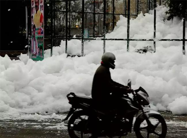 Sau cơn mưa lớn, thành phố bị bao phủ bởi tuyết nhưng ai cũng sốc khi biết sự thật - Ảnh 3.