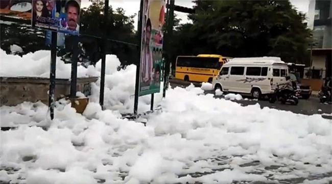 Sau cơn mưa lớn, thành phố bị bao phủ bởi tuyết nhưng ai cũng sốc khi biết sự thật - Ảnh 4.