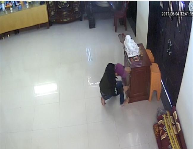 Clip: Nam thanh niên cạy thùng công đức trong chùa ở Quảng Nam để trộm tiền - Ảnh 2.