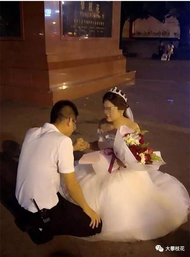 Được bạn gái mặc váy cưới quỳ gối cầu hôn, chàng trai trẻ đã có câu trả lời bất ngờ - Ảnh 1.