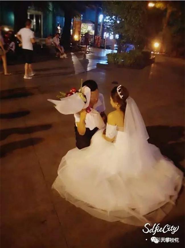 Được bạn gái mặc váy cưới quỳ gối cầu hôn, chàng trai trẻ đã có câu trả lời bất ngờ - Ảnh 2.