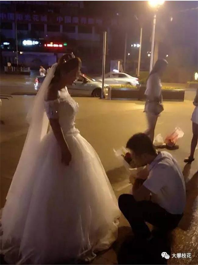 Được bạn gái mặc váy cưới quỳ gối cầu hôn, chàng trai trẻ đã có câu trả lời bất ngờ - Ảnh 3.
