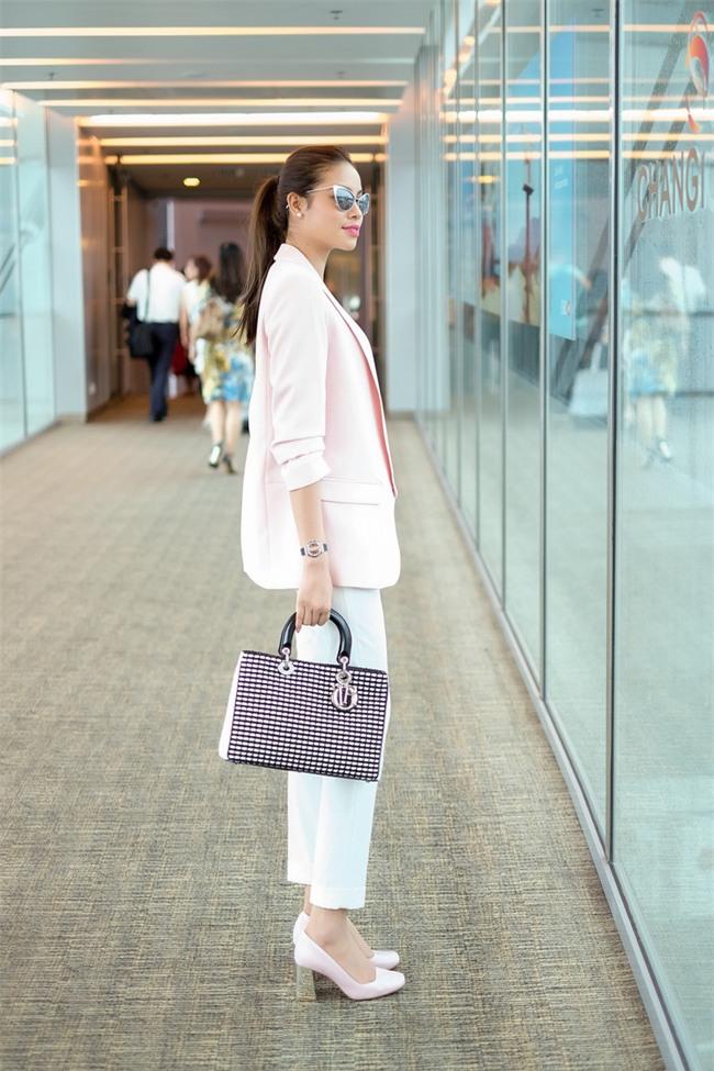 Không phải váy áo, túi xách mới là món đồ được sao Việt diện thật lồng lộn khi ra sân bay - Ảnh 1.