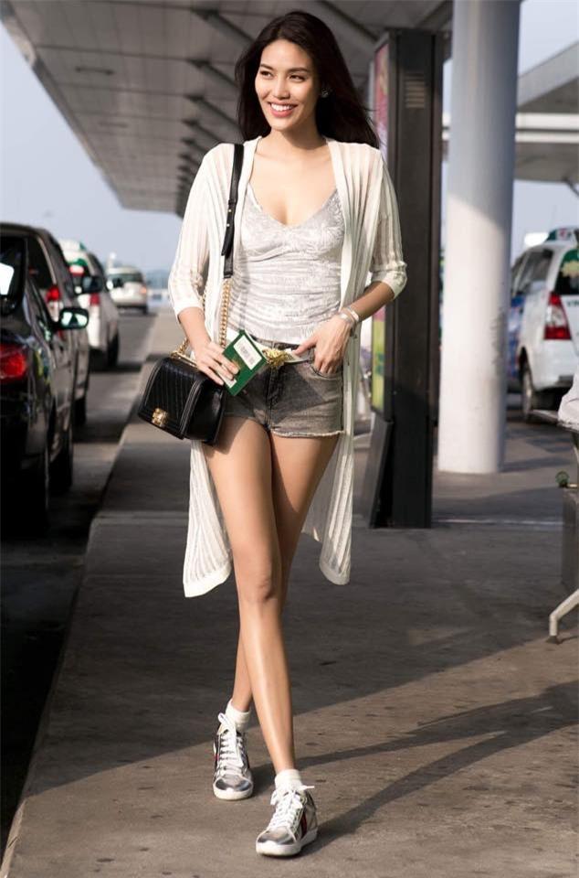 Không phải váy áo, túi xách mới là món đồ được sao Việt diện thật lồng lộn khi ra sân bay - Ảnh 10.