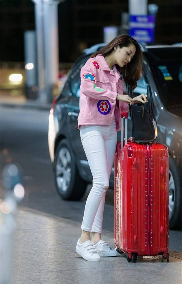 Không phải váy áo, túi xách mới là món đồ được sao Việt diện thật lồng lộn khi ra sân bay - Ảnh 14.