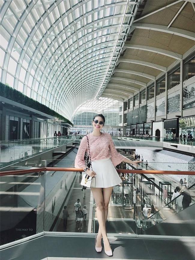Không phải váy áo, túi xách mới là món đồ được sao Việt diện thật lồng lộn khi ra sân bay - Ảnh 2.