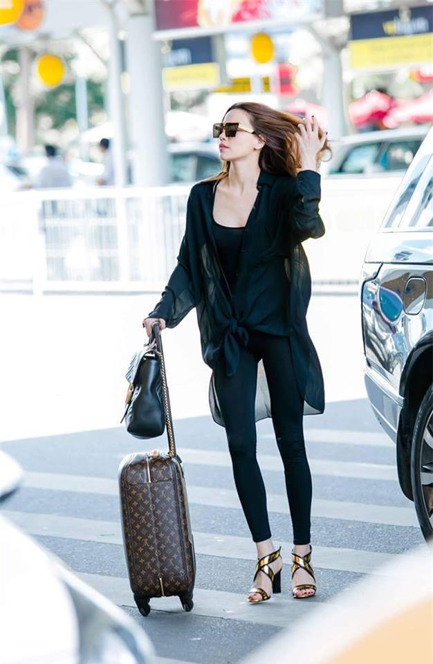 Không phải váy áo, túi xách mới là món đồ được sao Việt diện thật lồng lộn khi ra sân bay - Ảnh 3.