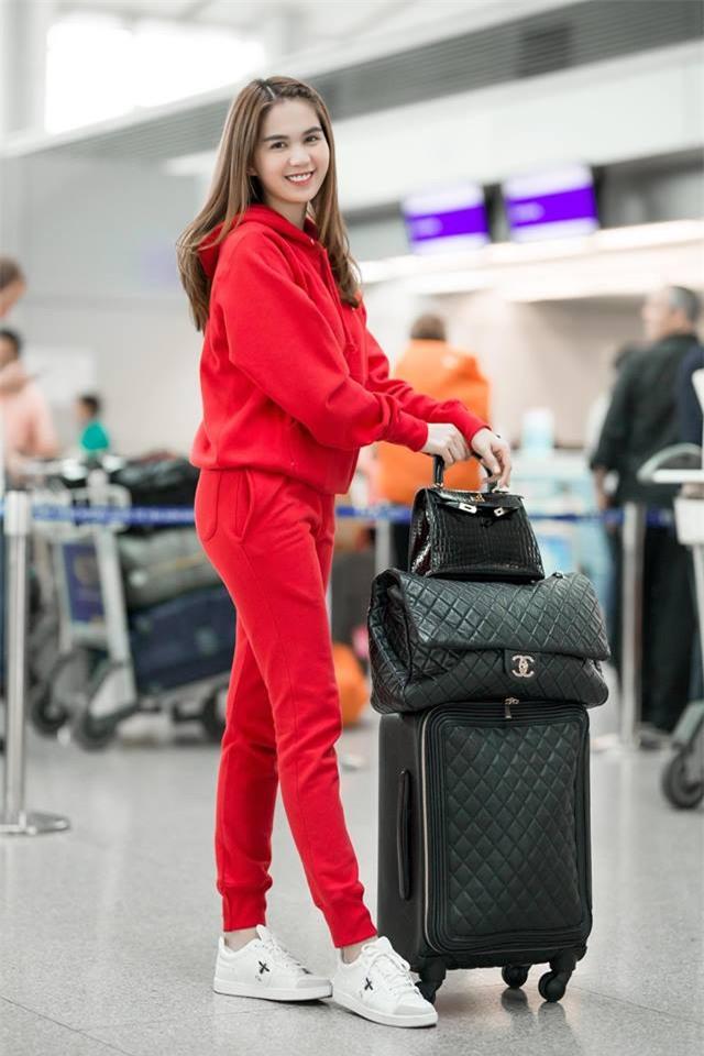 Không phải váy áo, túi xách mới là món đồ được sao Việt diện thật lồng lộn khi ra sân bay - Ảnh 9.