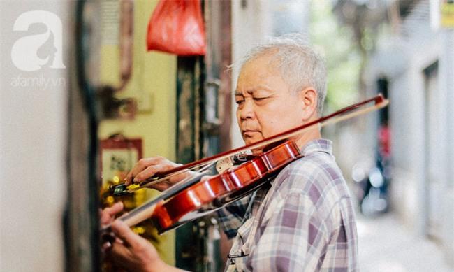 Giữa Hà Nội mùa nắng cháy, quán ốc của ông chủ tay bưng khay, tay kéo violin vẫn nườm nượp khách - Ảnh 10.