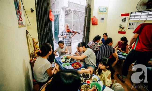 Giữa Hà Nội mùa nắng cháy, quán ốc của ông chủ tay bưng khay, tay kéo violin vẫn nườm nượp khách - Ảnh 13.