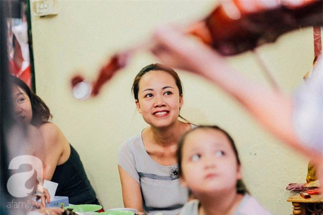 Giữa Hà Nội mùa nắng cháy, quán ốc của ông chủ tay bưng khay, tay kéo violin vẫn nườm nượp khách - Ảnh 14.