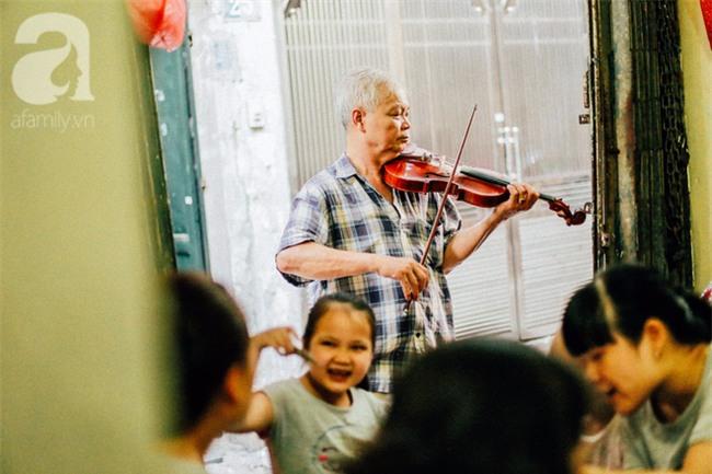 Giữa Hà Nội mùa nắng cháy, quán ốc của ông chủ tay bưng khay, tay kéo violin vẫn nườm nượp khách - Ảnh 16.