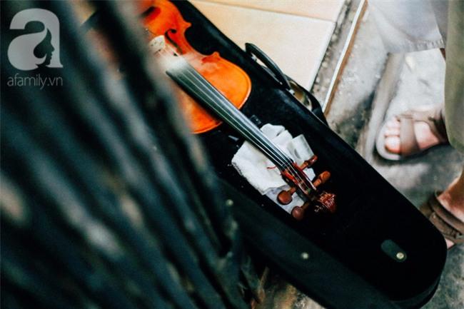 Giữa Hà Nội mùa nắng cháy, quán ốc của ông chủ tay bưng khay, tay kéo violin vẫn nườm nượp khách - Ảnh 17.