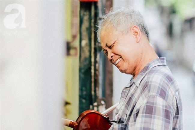 Giữa Hà Nội mùa nắng cháy, quán ốc của ông chủ tay bưng khay, tay kéo violin vẫn nườm nượp khách - Ảnh 18.