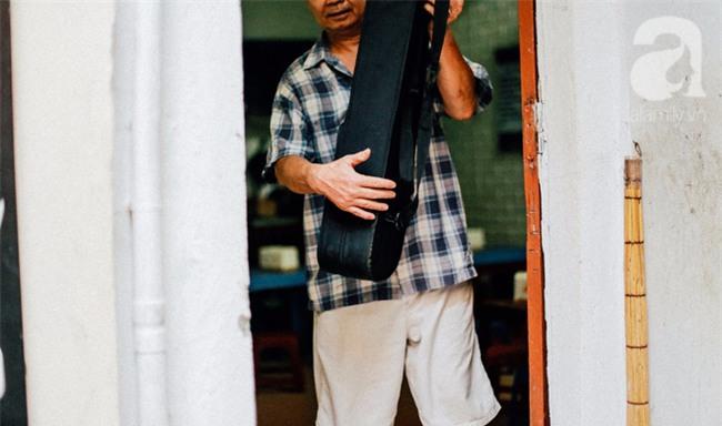 Giữa Hà Nội mùa nắng cháy, quán ốc của ông chủ tay bưng khay, tay kéo violin vẫn nườm nượp khách - Ảnh 7.