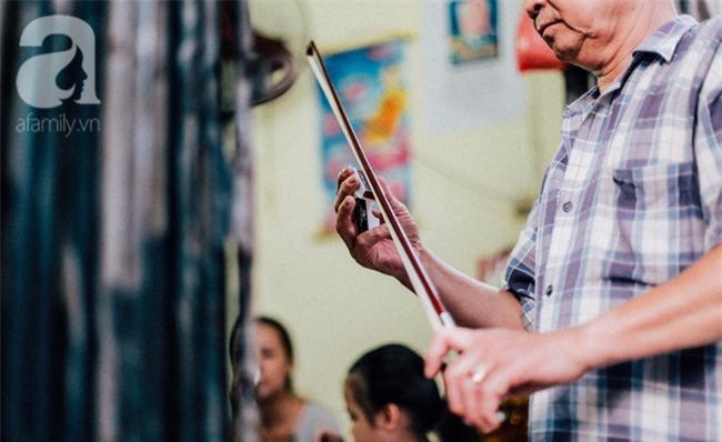 Giữa Hà Nội mùa nắng cháy, quán ốc của ông chủ tay bưng khay, tay kéo violin vẫn nườm nượp khách - Ảnh 9.