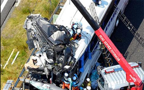 """Hy hữu: Ô tô """"leo"""" lên nóc xe buýt ở Nhật làm 46 người thương vong - Ảnh 1."""
