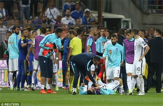 Trợ lý HLV Bosnia đấm gãy răng cầu thủ Hy Lạp - Ảnh 2.