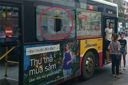 Chiếc xe buýt bị ném thủng kính.