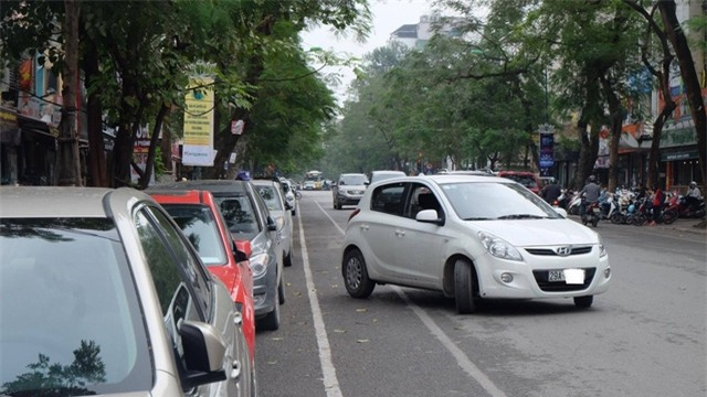 Chỗ đỗ xe chật kín, nỗi khổ của dân giàu Hà Nội