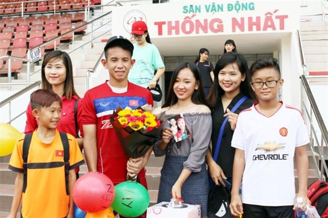 Fan nu to chuc sinh nhat cho Hong Duy o san Thong Nhat hinh anh 1