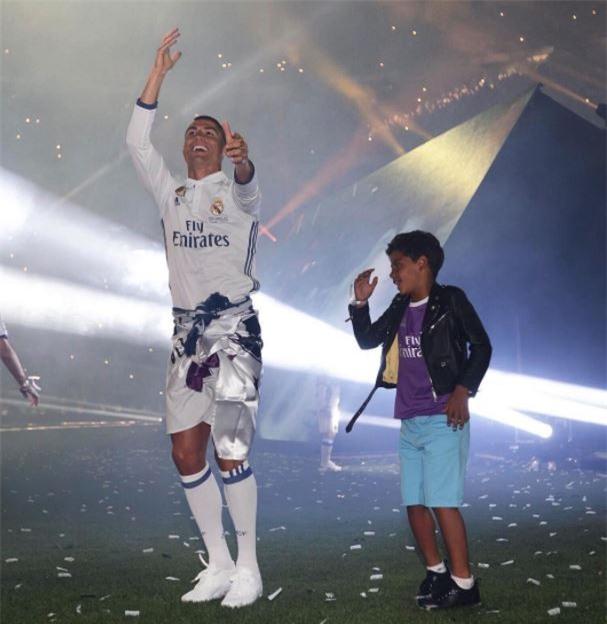 Con trai Ronaldo cạo đầu y hệt bố - Ảnh 3.