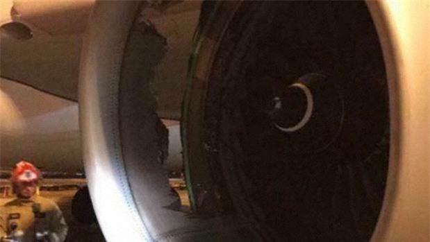 Máy bay chở hơn 200 người của hãng hàng không Trung Quốc thủng lỗ lớn, phải hạ cánh khẩn - Ảnh 2.