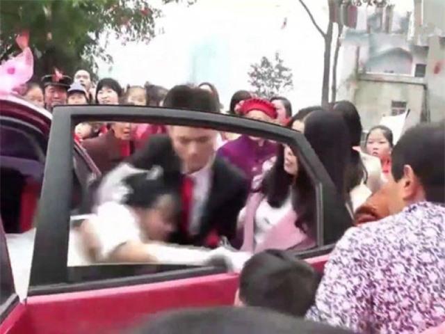 Sự thật gây sốc sau clip chú rể thô bạo lôi cô dâu xuống xe vì bị phản bội - Ảnh 1.