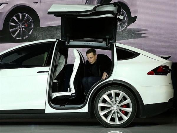 Trong một lần trả lời hỏi đáp trên mạng xã hội Reddit, Elon Musk từng chia sẻ rằng mình thường ngủ 6 tiếng mỗi ngày và thức dậy vào 7 giờ sáng.