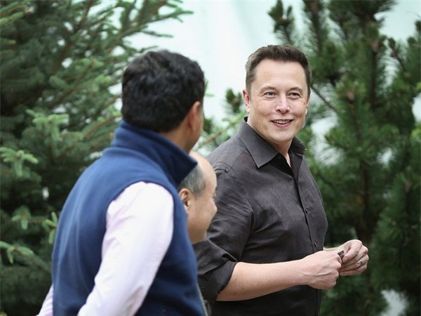 Musk thường bỏ qua bữa ăn sáng để bắt đầu làm việc ngay. Tuy nhiên đôi khi có thời gian, Musk thường chỉ uống một tách cafe và dùng món trứng tráng cho bữa sáng.