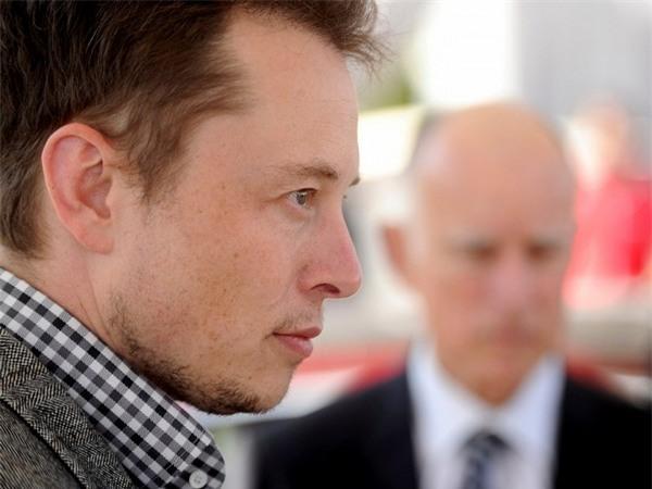 """Mặc dù cuộc sống bận rộn với lịch làm việc dày đặc, Elon Musk cũng thu xếp được thời gian cho việc đọc sách. Một trong những cuốn sách được yêu thích của Musk là cuốn tiểu thuyết """"Chúa tể của những chiếc nhẫn"""", sách các danh nhân như về Benjamin Franklin và Albert Einstein..."""