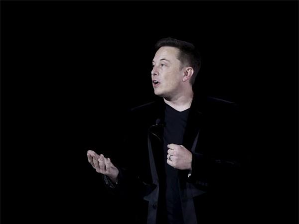 Một ngày làm việc của Musk thường kết thúc vào một giờ sáng. Không quá ngạc nhiên khi một người đàn ông đang cố gắng thực hiện tham vọng đưa con người lên sao Hỏa hay cách mạng hóa cách lái xe đi ngủ muộn sau một ngày làm việc căng thẳng.