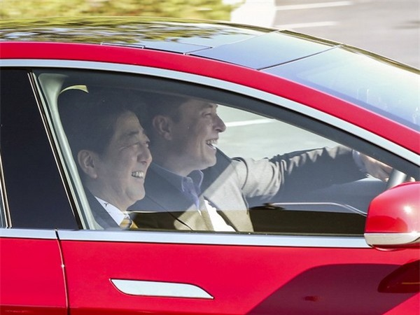 Là ông chủ của hãng xe điện Tesla và hãng không gian vũ trụ SpaceX, do vậy Musk phải dành thời gian cho cả 2 công ty này. Thứ 2 và thứ 6, Musk làm việc tại SpaceX ở Los Angeles, còn các ngày từ thứ 3 đến thứ 5, Musk khu vực Vịnh San Francisco để làm việc tại Tesla. Ước tính Musk dành 42 giờ mỗi tuần làm việc tại Tesla và 40 giờ mỗi tuần làm việc tại SpaceX. Elon Musk cũng từng tiết lộ rằng mình dành ra khoảng nửa ngày trong tuần làm việc tại OpenAI, tổ chức phi lợi nhuận do Musk thành lập về phát triển trí tuệ nhân tạo.