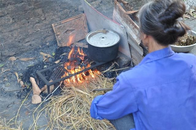 Hàng ngày mẹ chị Dung phải đốt lửa, hơ than để đốt cỏ hơ tay chân cho con gái.