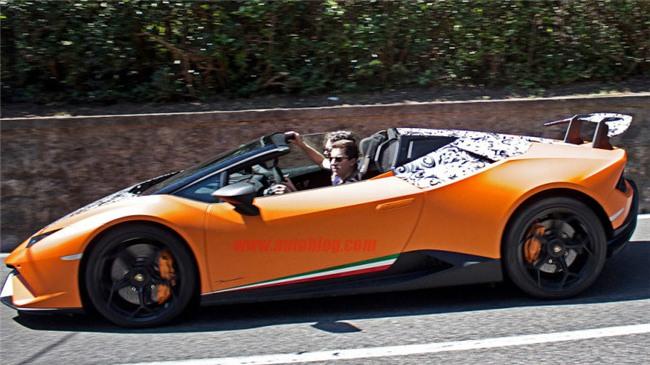 Lamborghini Huracan với lớp ngụy trang sơ sài chạy thử trên phố.