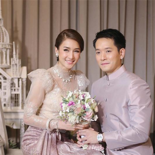 Mỹ nhân đẹp nhất nhì Thái Lan đeo nhẫn kim cương 5 carat, thay 6 bộ váy đắt đỏ trong đám cưới triệu đô - Ảnh 1.