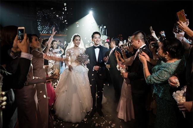 Mỹ nhân đẹp nhất nhì Thái Lan đeo nhẫn kim cương 5 carat, thay 6 bộ váy đắt đỏ trong đám cưới triệu đô - Ảnh 10.
