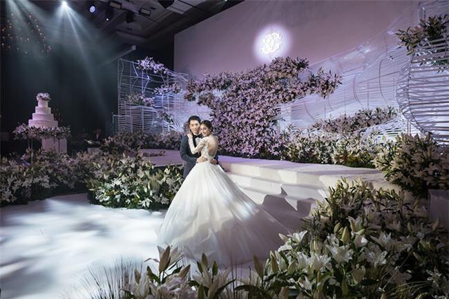 Mỹ nhân đẹp nhất nhì Thái Lan đeo nhẫn kim cương 5 carat, thay 6 bộ váy đắt đỏ trong đám cưới triệu đô - Ảnh 11.